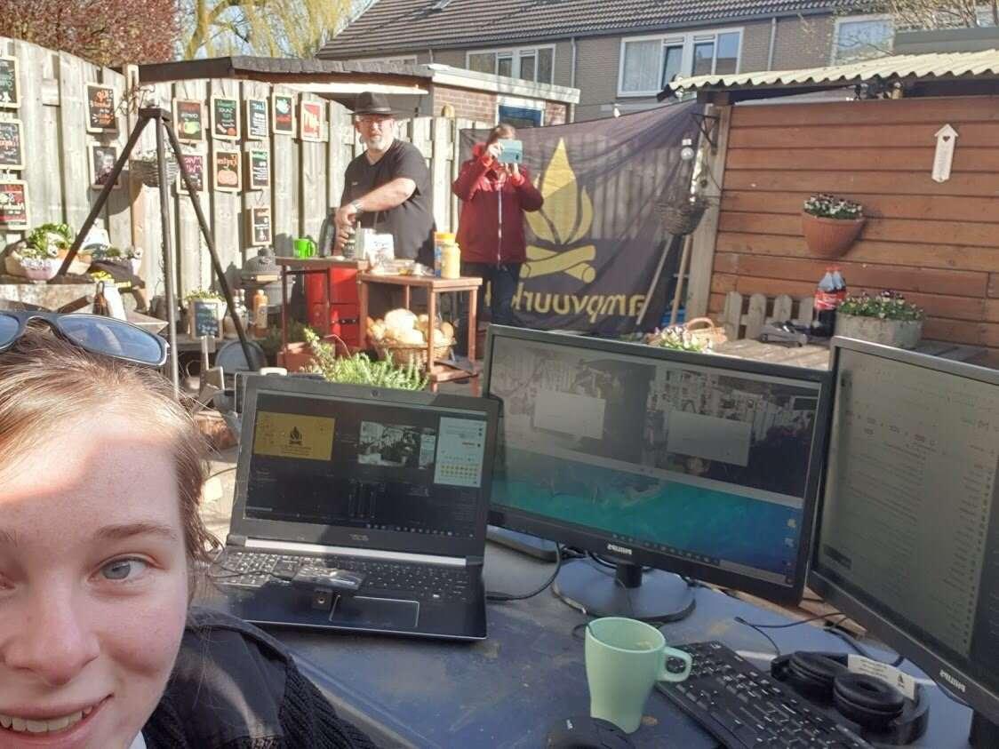 Een actiefoto gemaakt in mijn achtertuin met daarop de live outdoor cooking workshop set. Vera die de regie doet, mijn vrouw die de camera doet. en ik sta te presenteren.